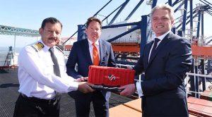 Op de UASC Al Zubura overhandigt Emile Hoogsteden (rechts), directeur Containers, Breakbulk & Logistics van het Havenbedrijf, een 'containertaart' aan de kapitein Nazar El Islam en Rob Bagchus van ECT. (Foto Ries van Wendel de Joode)