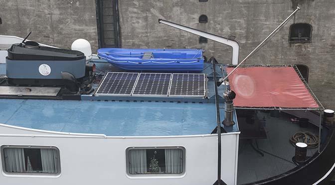 Met zonnepanelen aan boord, draait het aggregaat minder